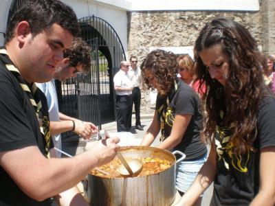 Los scouts repartieron el cachón de San Juan 2010